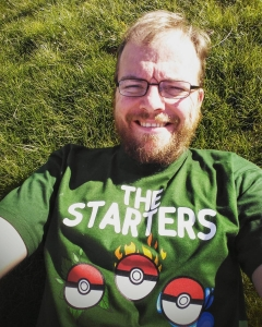 Liege im Gras auf der Lauer um mein erstes Pokemon zu fangen, Shirt des Tages von @3dsupply_de
