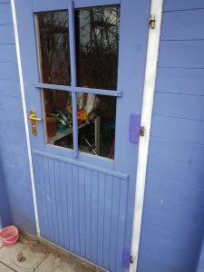 Gartentür mit reparierten Scharnieren